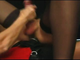 Mujer folla un tranny con un strapon