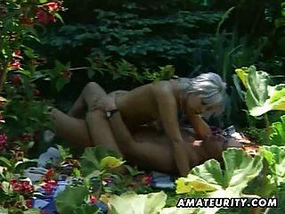 Rubia amateur novia acción al aire libre con semen en la boca