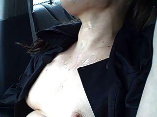Chica loca toma cum baño en un coche en la carretera