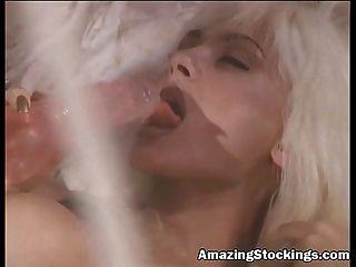 Rubia puta porno en lencería azul y medias con vibrador