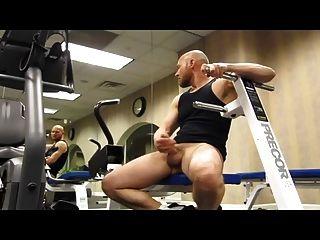 Calvo musculoso pajeandose en el gimnasio