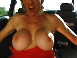 Colette follada en el coche