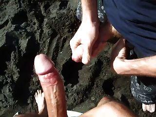 2 mates masturbándose en la playa
