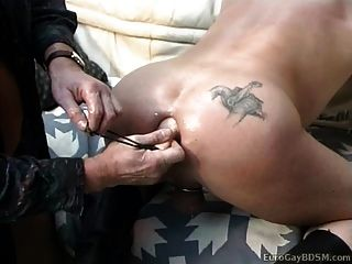 Chico caliente obtiene larga línea de grandes y suaves bolas por su culo