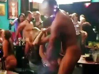 Chicas embarazadas desnudadas por strippers masculinos