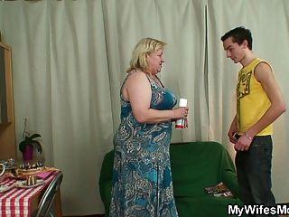 Mujer se enoja cuando encuentra a su hombre puta gran abuelita