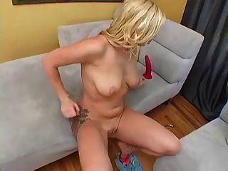 Adrianna juguetes su coño y el culo