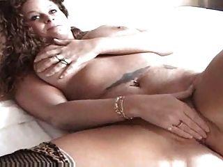 Pelirroja sexy jugando con su coño en la cama
