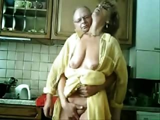 Se mamá y papá se divierten en la cocina.Video robado