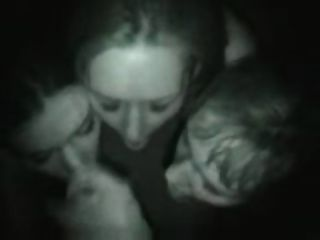 Tres chica mamada en club nocturno