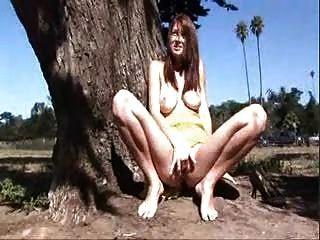 Bonita chica juega con su coño fuera