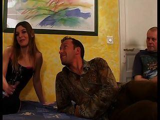 Mujer francesa está jodiendo delante de su marido