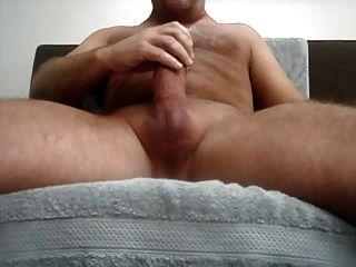 Jugando con mi gran polla gruesa, un montón de cum .... :)