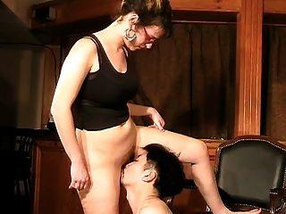 Dama y su pequeño ayudante