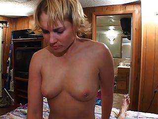Sucia ninfa follando mientras su marido está ausente