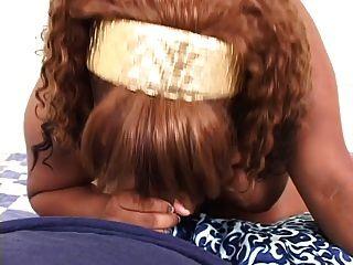Pov disparo de una chica negra gruesa obtener estilo perrito y una carga de jizz en su espalda