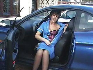 Sara en enfermera en coche