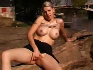 Mujer tetona fingering su culo al aire libre