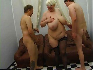 Madre rusa madura seduciendo más joven en vestido de seda pt1