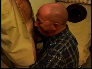 Sheriff caliente follando un papá calvo