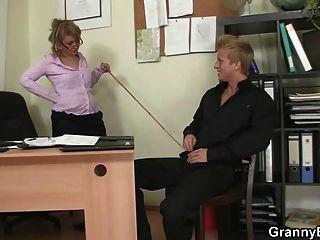 Señora de la oficina da la cabeza y se la follan