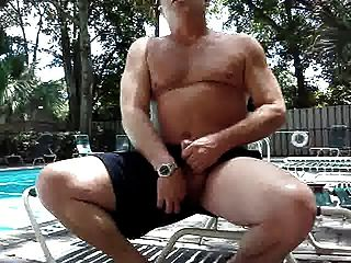 Cum géiser junto a la piscina