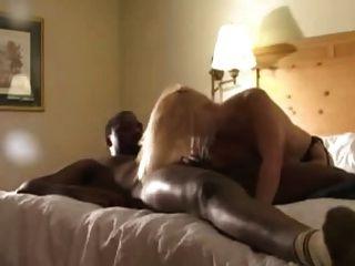Rubia en medias negras folladas por amantes negros (camastro)