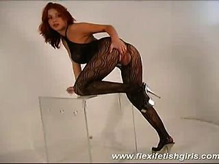 Flexi chica fetiche con grandes tetas extendiendo sus piernas