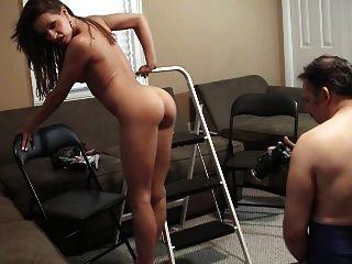 Vanessa muestra su cuerpo y pies calientes