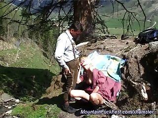 Mierda anal duro en la montaña