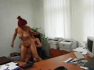 Puta madura sucia le da a sus dos agujeros a un hombre joven