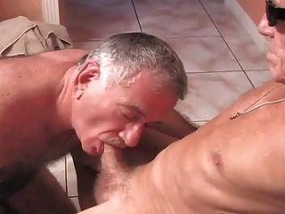Dos maduros cachondos follando