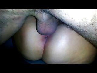 Mi esposa tiene sexo con un amigo en el asiento trasero