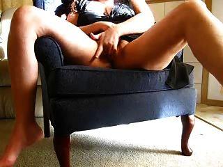 Mujer cachonda se masturba en la cámara