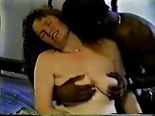 La esposa madura lo toma negro, lo toma con fuerza