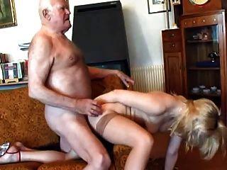 Viejo abuelo folla joven rubia
