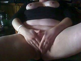 Bbw frotando su clítoris a un orgasmo que grita