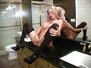 Mujer caliente sopla en el baño