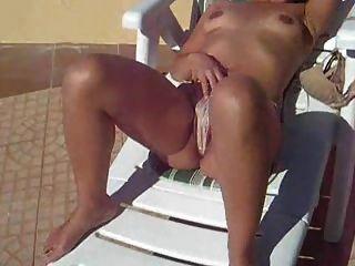 Nudista en la silla