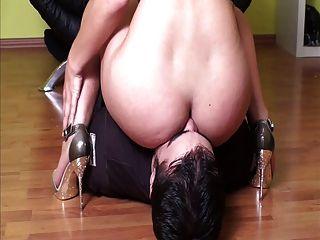 La señora enfrenta a su esclavo