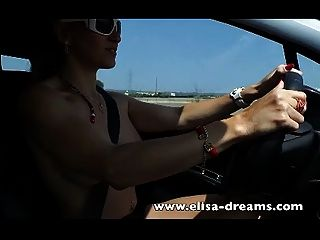 Rubia conduciendo desnuda y masturbándose