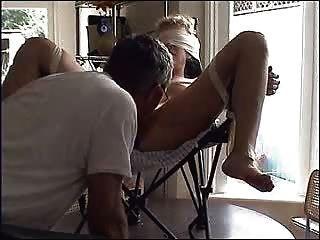 Atado perra en la silla