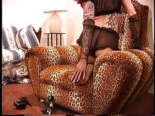 Sexy tatuado pelirroja en pura medias negras y tacones posa para la cámara