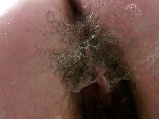 Chub en la bañera jabones hasta su coño peludo grueso peludas