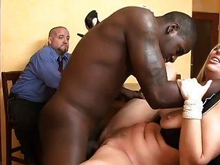 La esposa es follada por el tipo delante de su esposo