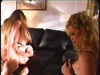 Perra sexy obtener su coño jodido mientras está siendo observado por una chica