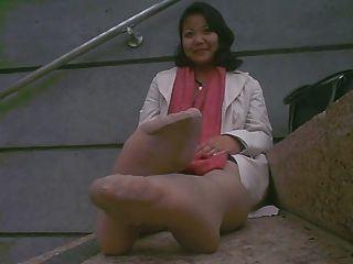 Pies asiáticos maduros apestoso después del trabajo