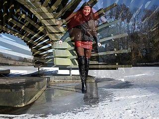 Totalmente cuero: caminar sobre hielo en botas de tacones altos