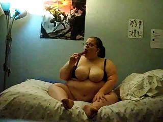 Chica gorda masturbándose en la cama