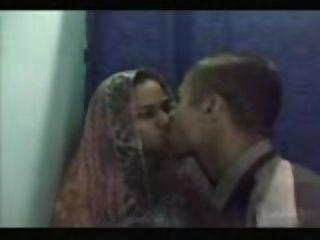 Jóvenes desi pareja tener relaciones sexuales en un cyber café cabina